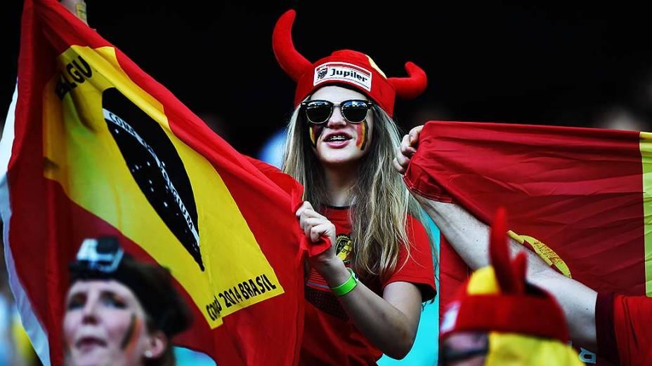 Torcedora da Bélgica aguarda o início do jogo contra os Estados Unidos na Arena Fonte Nova, em Salvador