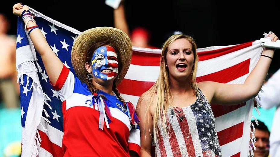 Torcedoras dos Estados Unidos aguardam o início do jogo contra a Bélgica na Arena Fonte Nova, em Salvador