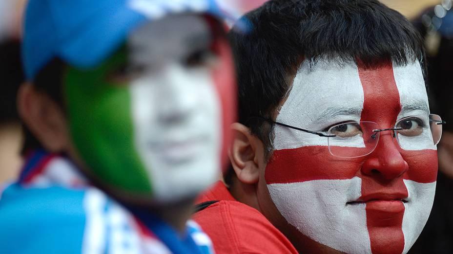 Fãs com o rosto pintado antes da partida de futebol pela Euro 2012 entre Inglaterra e Itália
