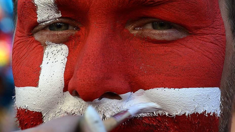 Fãs dinamarqueses com o rosto pintado antes da partida de futebol, entre Dinamarca x Alemanha pela Euro 2012