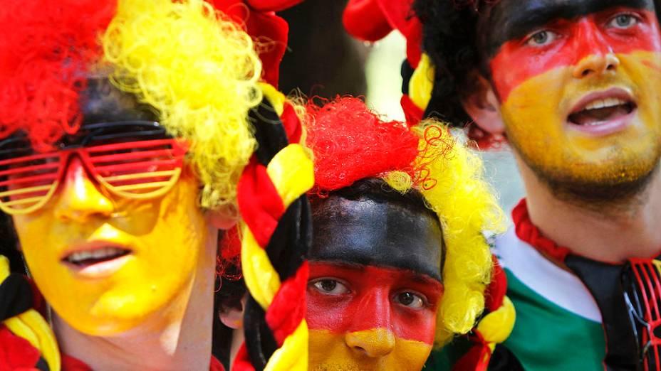 Torcedores alemães com o rosto pintado antes da partida de futebol, entre Dinamarca x Alemanha pela Euro 2012