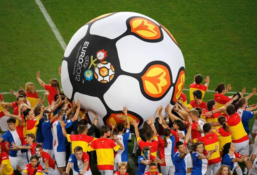 Crianças antes da partida válida pelas quartas-de-final da Eurocopa 2012 entre Espanha e França