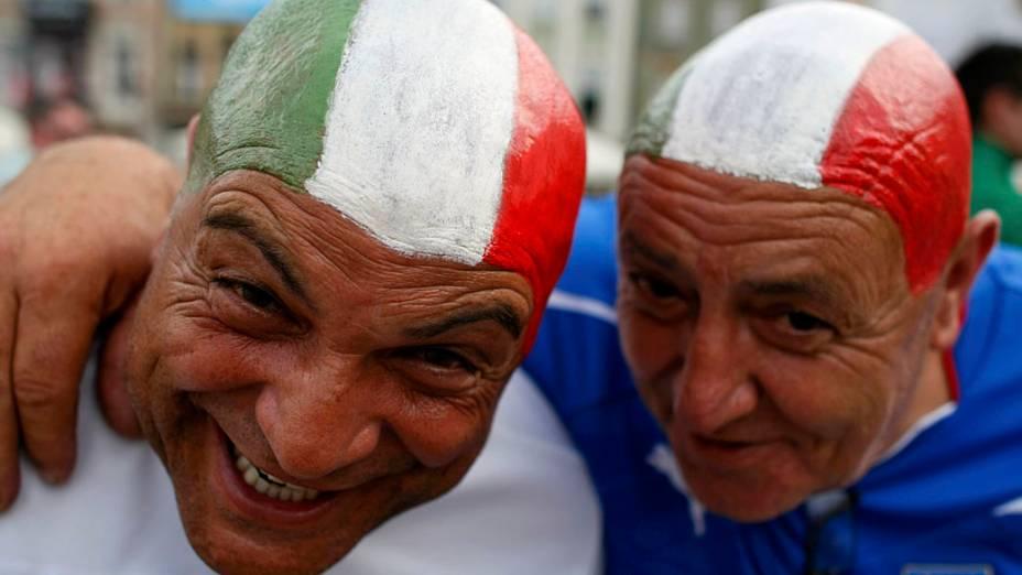 Torcedores italianos antes da partida contra a República da Irlanda válida pela 3ª rodada da Eurocopa 2012