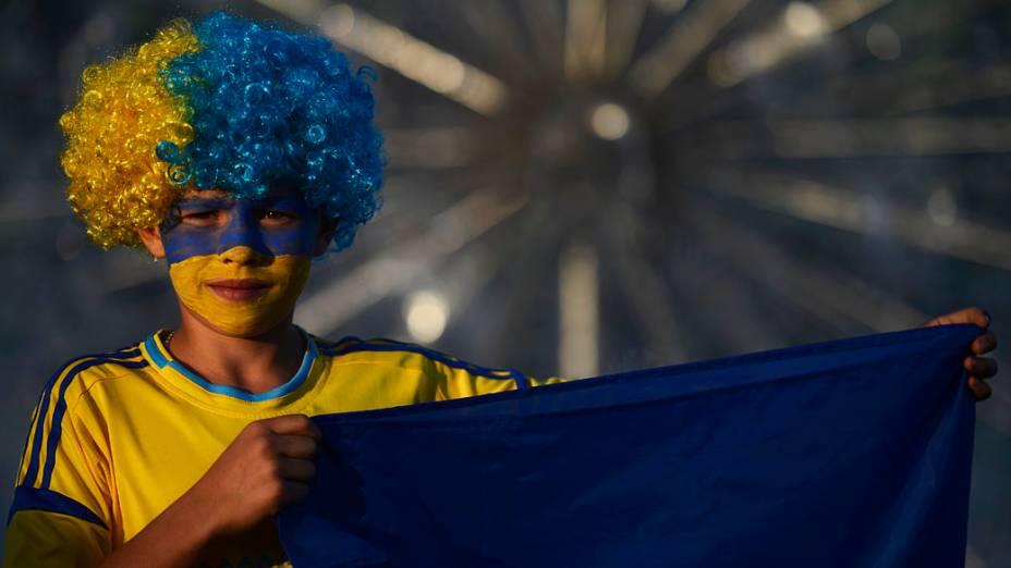 Torcedor ucraniano segura a bandeira nacional antes da partida contra a Inglaterra, válida pela 3ª rodada da Eurocopa 2012