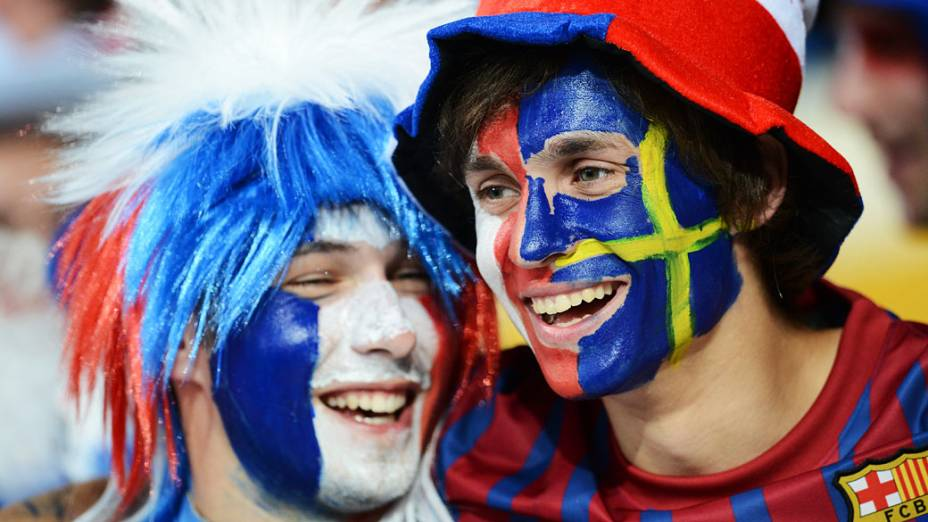Torcedores de França e Suécia se confraternizam antes da partida entre as duas seleções no Estádio Olímpico de Kiev