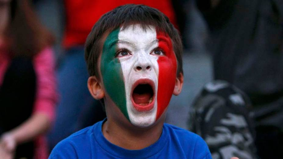 Garoto com as cores da Itália pintadas no rosto durante a semi-final da Eurocopa 2012