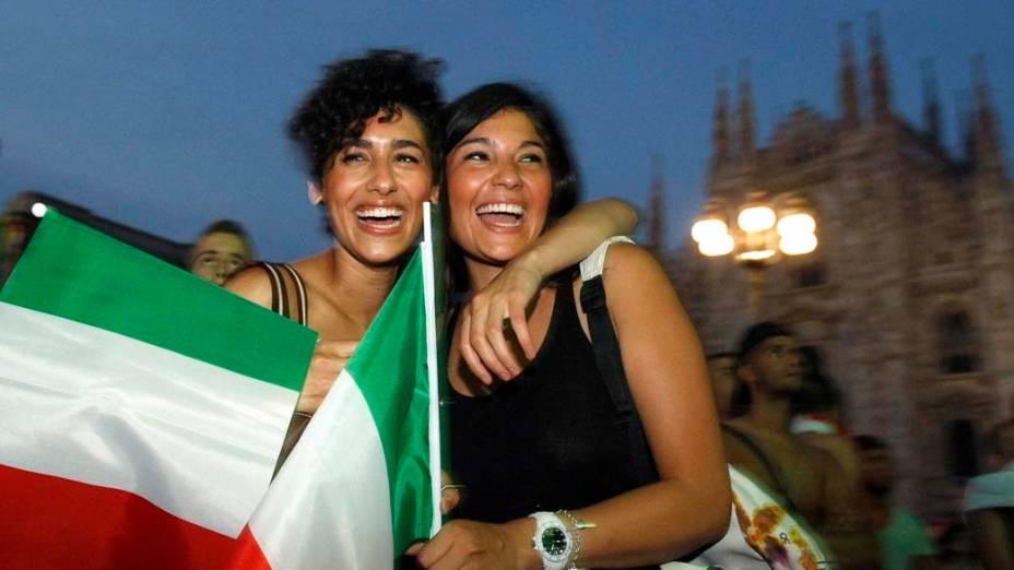 Torcedoras após vitória da Itália sobre a Alemanha na Eurocopa 2012