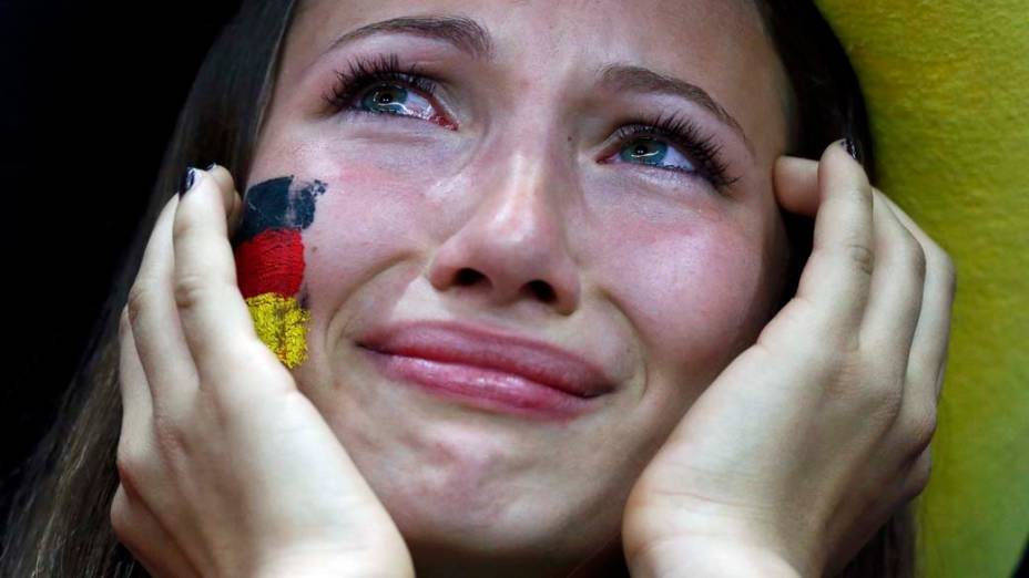 Torcedora da Alemanha chora após derrota para a Itália na semi-final da Eurocopa 2012
