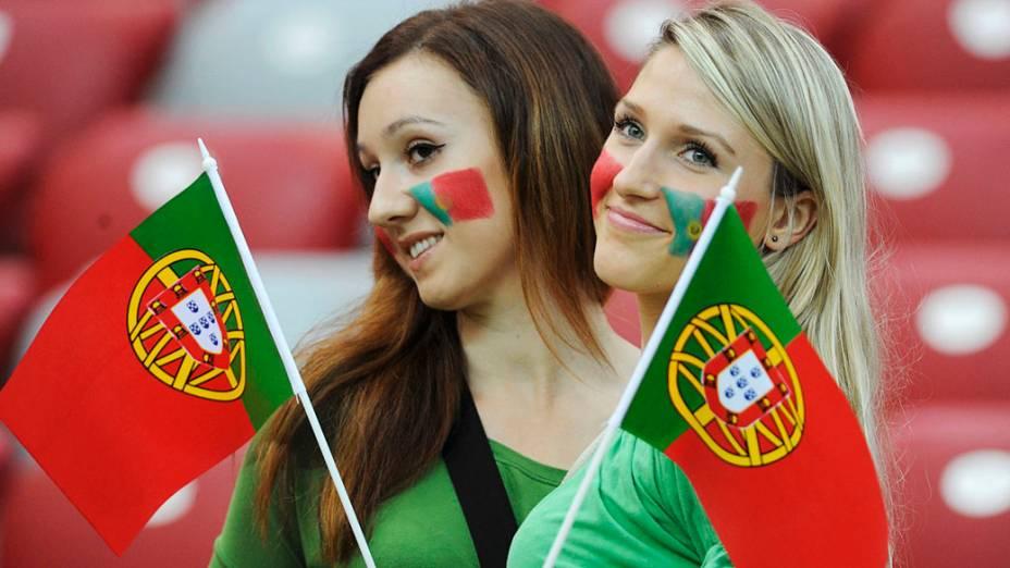 Torcedoras portuguesas antes de partida válida pelas quartas-de-final da Eurocopa 2012
