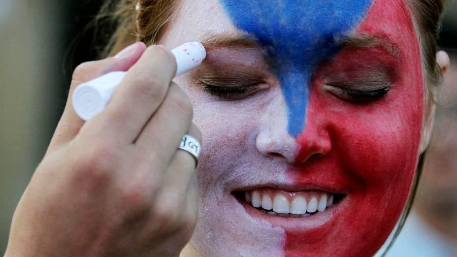 Torcedora checa enfeita o rosto para partida contra Portugal em Praga, Polônia