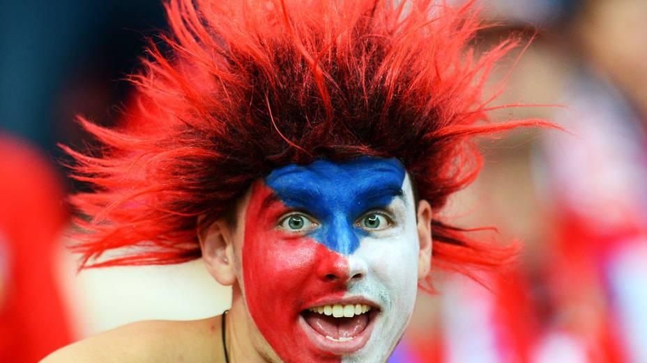 Torcedor checo enfeita o rosto para partida contra Portugal em Praga, Polônia