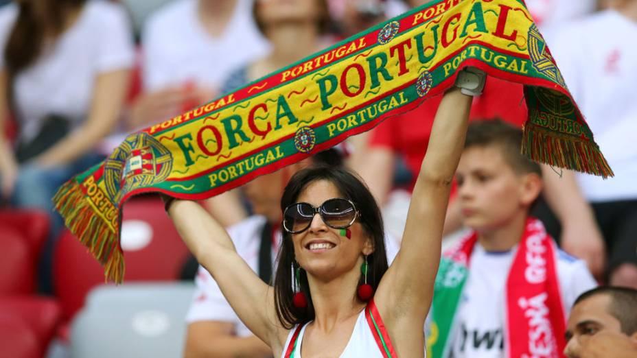 Torcedora portuguesa durante partida válida pelas quartas-de-final da Eurocopa 2012