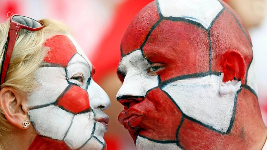 Torcedores poloneses aguardam o início da partida contra a Grécia no Estádio Nacional de Varsóvia