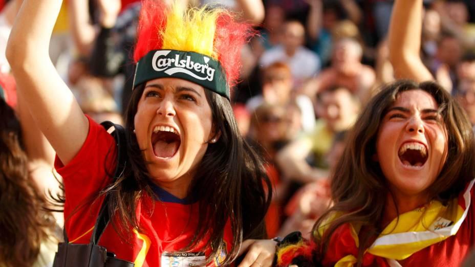 Torcedoras espanholas comemoram gol de empate contra a Itália na partida de estreia da seleção pela Eurocopa