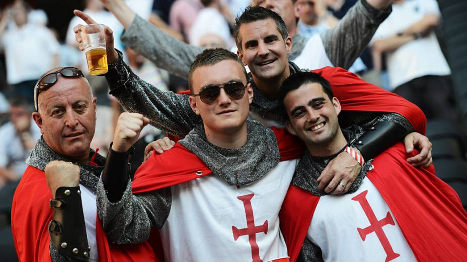 Torcedores ingleses vestidos de cavaleiros durante partida contra a França em Donetsk, Ucrânia