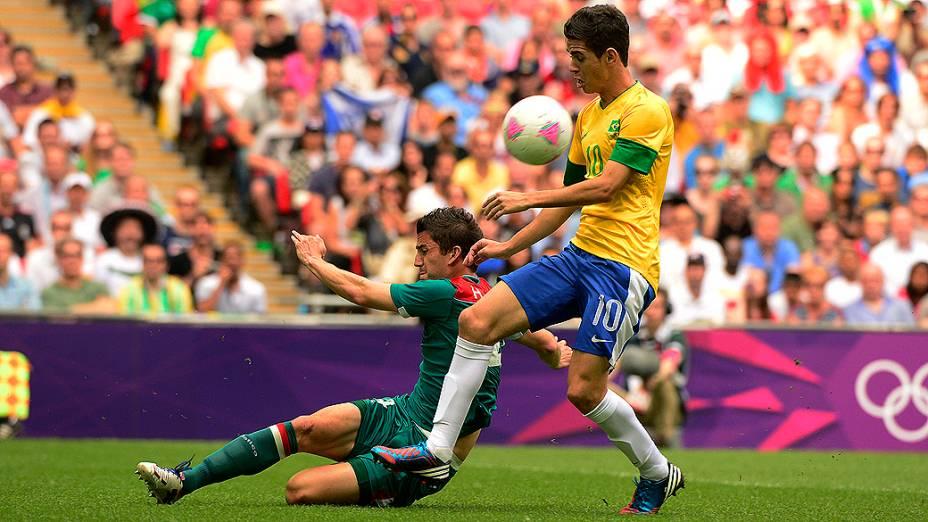 Oscar tenta passar por marcação mexicana na decisão olímpica