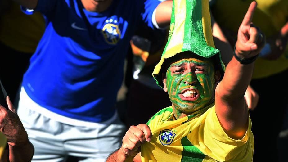 Torcedor aguarda o início da abertura da Copa do Mundo no Itaquerão, em São Paulo