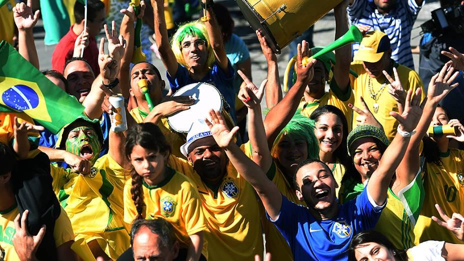 Torcedores animam arredores do Itaquerão antes da abertura da Copa do Mundo, em São Paulo