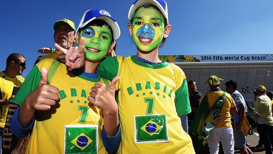 Crianças posam para foto antes da abertura da Copa do Mundo no Itaquerão, em São Paulo