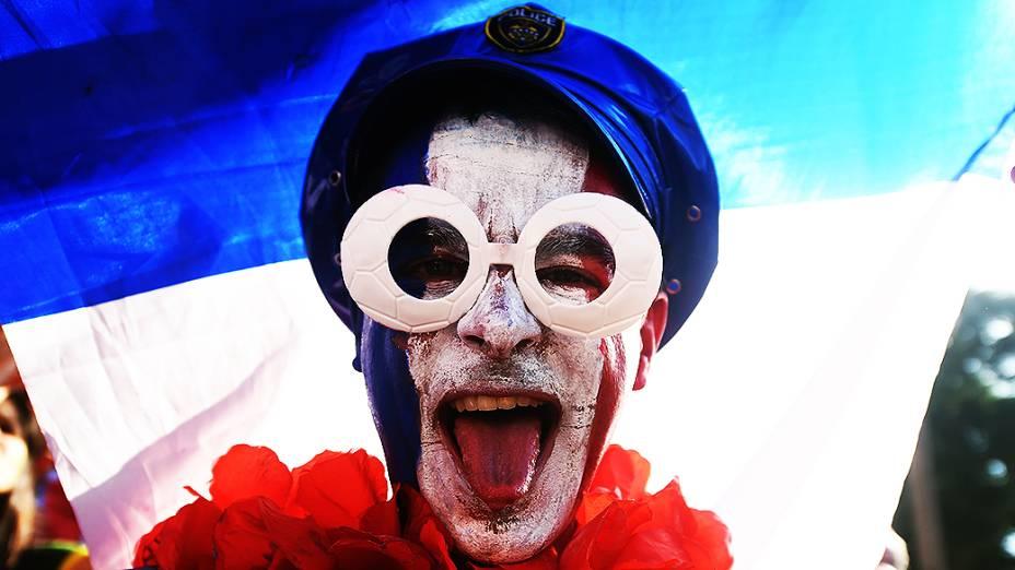 Torcedor francês chega para o jogo contra o Equador no Maracanã