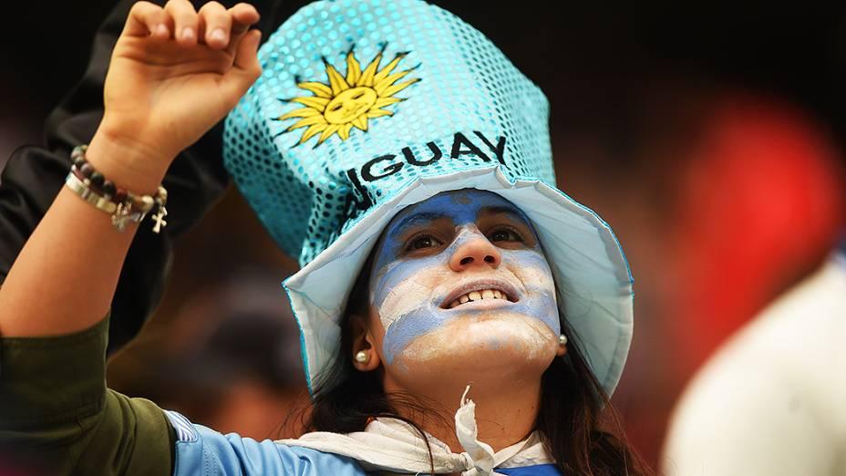 Torcedora do Uruguai aguarda o início do jogo contra a Inglaterra no Itaquerão, em São Paulo