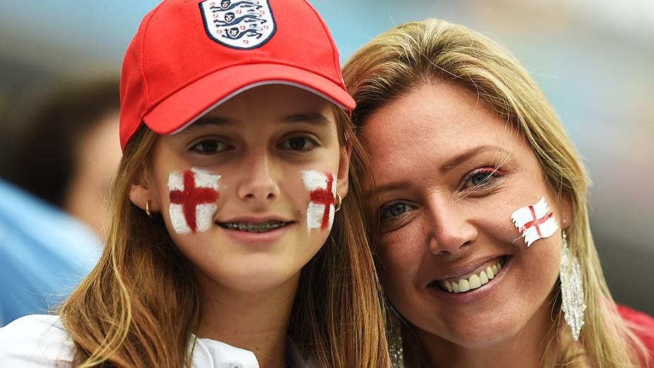 Torcedoras da Inglaterra aguardam o início do jogo contra o Uruguai no Itaquerão, em São Paulo
