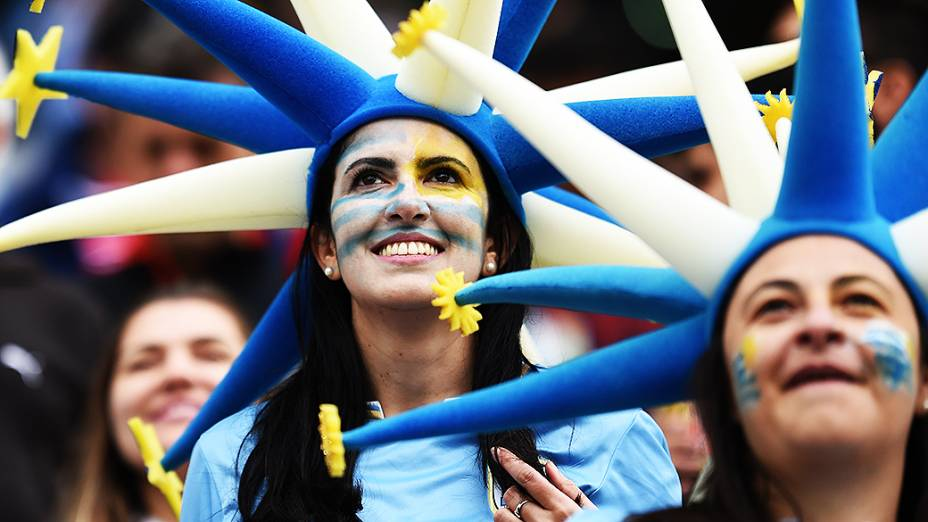 Torcedoras do Uruguaiaguardam o início do jogo contra a Inglaterrano Itaquerão, em São Paulo