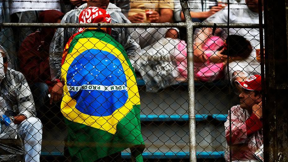 Mesmo com chuva, alguns torcedores foram acompanhar o treino classificatório no circuito de Interlagos, em São Paulo