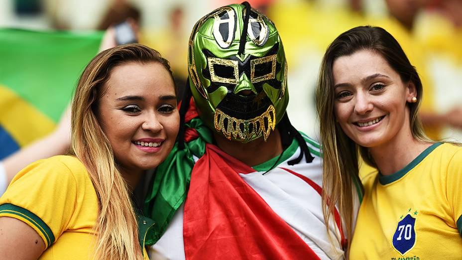 Torcedores aguardam o início da partida entre Brasil e México no Castelão, em Fortaleza