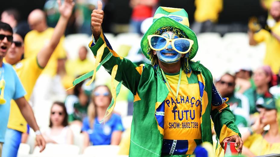 Torcedor do Brasil aguarda o início do jogo contra o México no Castelão, em Fortaleza