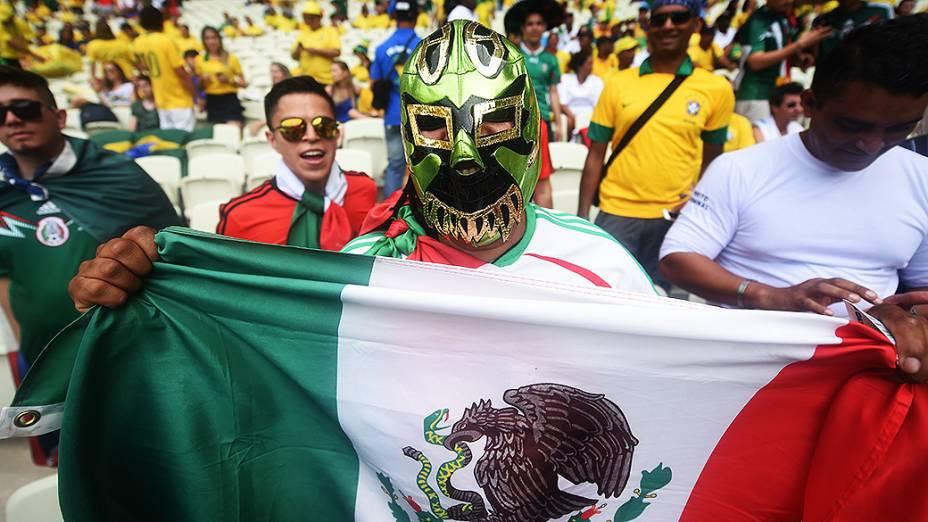 Torcedor do México usa máscara para o jogo contra o Brasil no Castelão, em Fortaleza