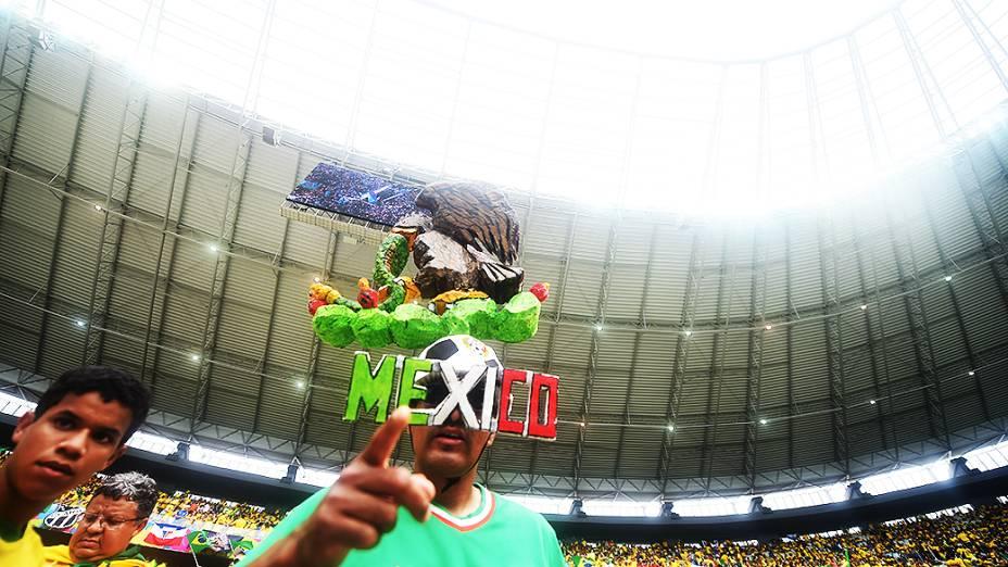 Torcedor do México aguarda início do jogo contra o Brasil no Castelão, em Fortaleza