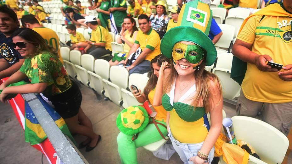 Torcedora brasileira aguarda início do jogo contra o México no Castelão, em Fortaleza