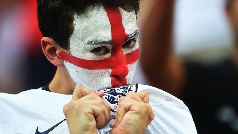 Torcedor da Inglaterra aguarda o início do jogo contra a Itália na Arena Amazônia, em Manaus