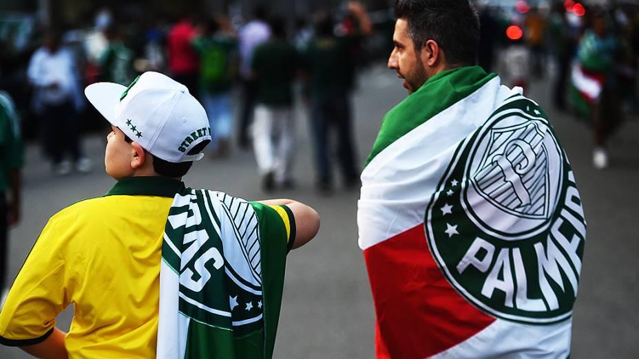 Torcedores chegam na Arena do Palmeiras para a partida de inauguração do estádio,, em São Paulo