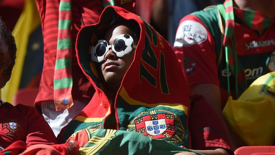 Torcedora de Portugal aguardam o início da partida contra Gana no Mané Garrincha, em Brasília