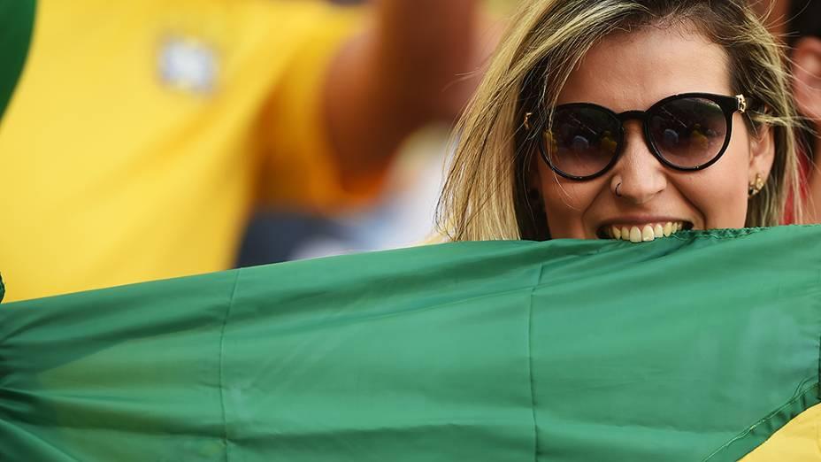 Torcedora aguarda o início da partida entre Portugal e Gana no Mané Garrincha, em Brasília`