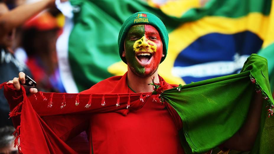 Torcedor português aguarda o início do jogo contra Gana no Mané Garrincha, em Brasília