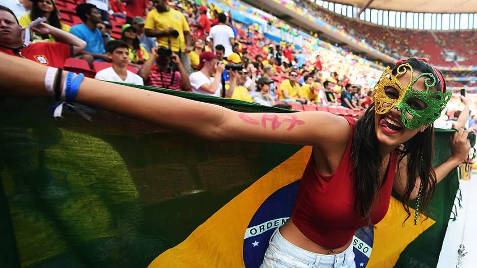 Torcedora aguarda o início da partida entre Portugal e Gana no Mané Garrincha, em Brasília