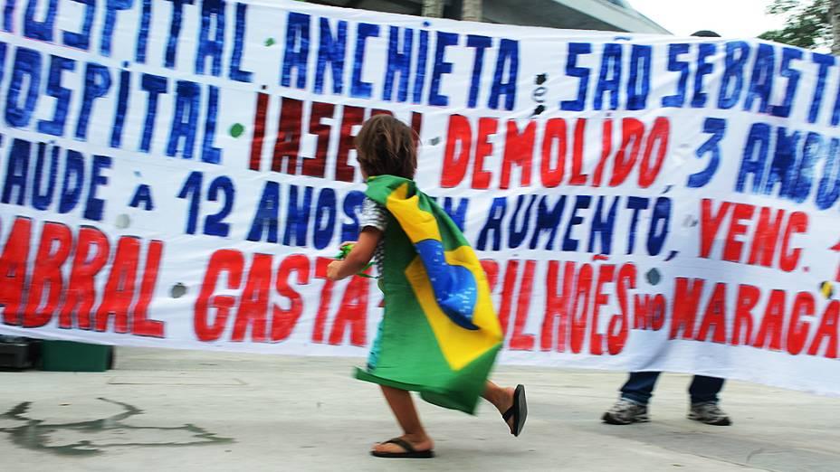 Faixas fora do Maracanã antes da final da Copa das Confederações