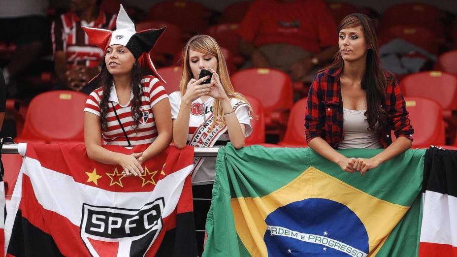 Torcedoras do São Paulo antes da partida contra o Corinthians no estádio do Morumbi