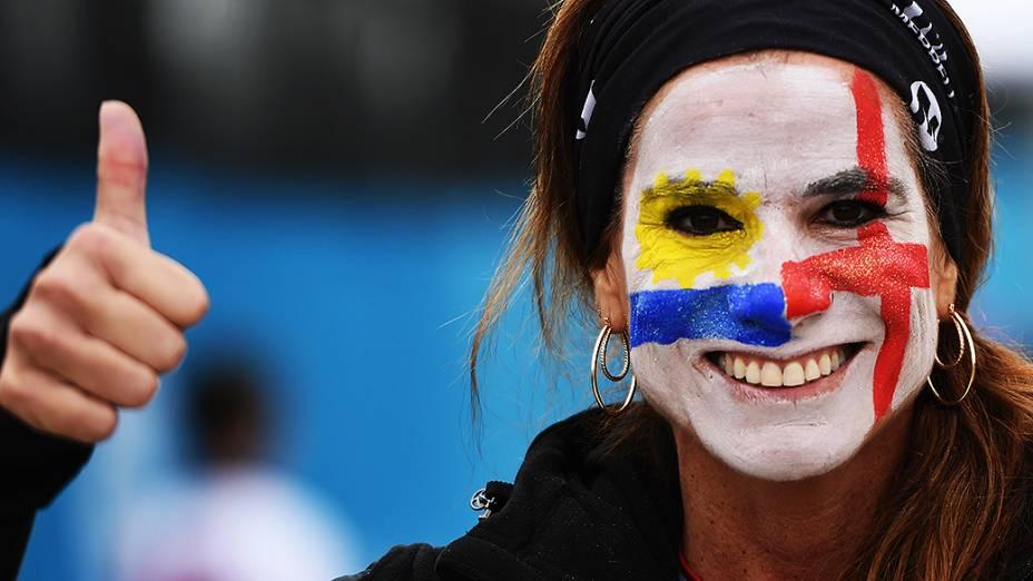 Torcedora dividida entre as duas sleções,pinta o rosto com as cores da Inglaterra e Uruguai