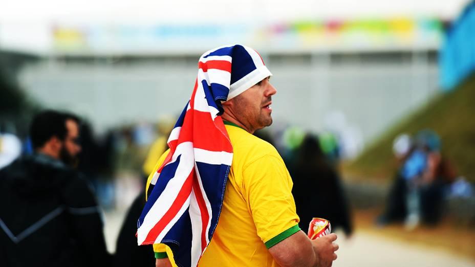 Torcedor usa uma bandeira da Grã-Bretanha na cabeça antes da partida entre Uruguai e Inglaterra no Itaquerão, em São Paulo