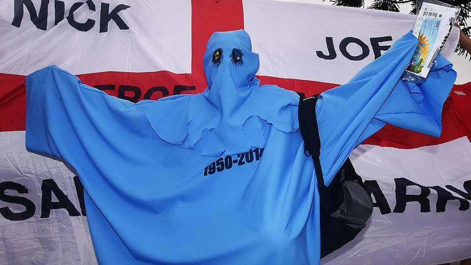 Uruguaio se veste de fantasma da Copa de 50 antes do jogo contra a Inglaterra no Itaquerão, em São Paulo