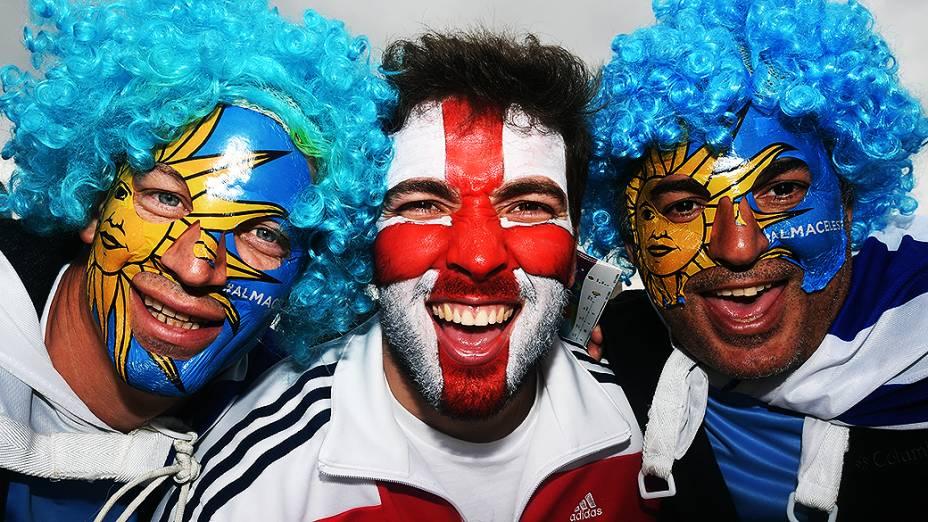 Torcedores do Uruguai e Inglaterra posam para foto antes do jogo no Itaquerão, em São Paulo