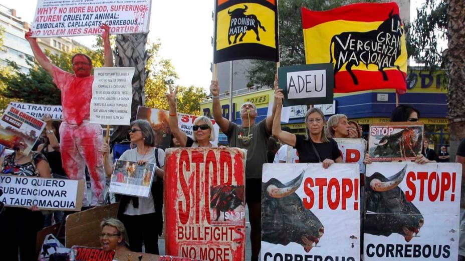 Ativistas protestam em frente a praça de touros Monumental em Barcelona, Espanha