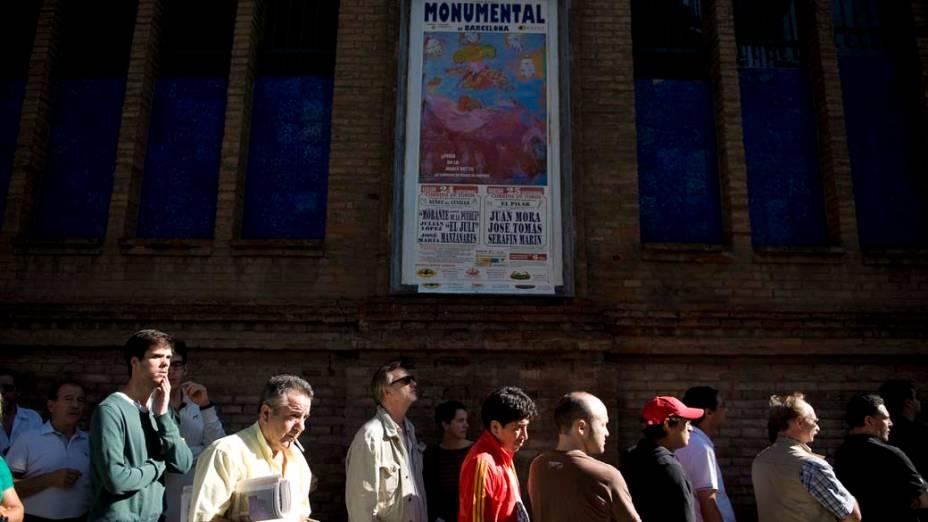 Fila para compra de ingressos da última tourada, na praça de touros Monumental em Barcelona, Espanha