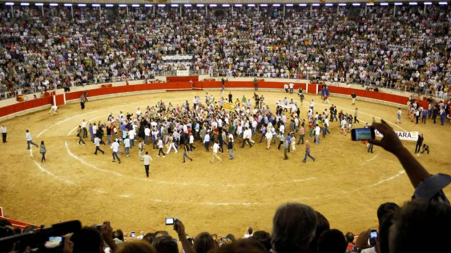 Toureiro José Tomás é levado pelos fãs após a última tourada, na praça de touros Monumental em Barcelona, Espanha