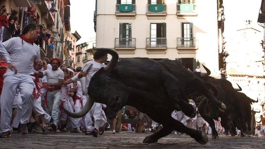 Touros nas ruas de Pamplona durante as comemorações do festival de São Firmino, na Espanha