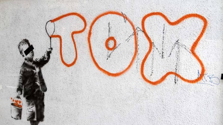 Em Londres, grafite do artista Banksy em homenagem ao escritor urbano Tox, que foi condenado após 10 anos pichando muros, trens e pontes da capital inglesa